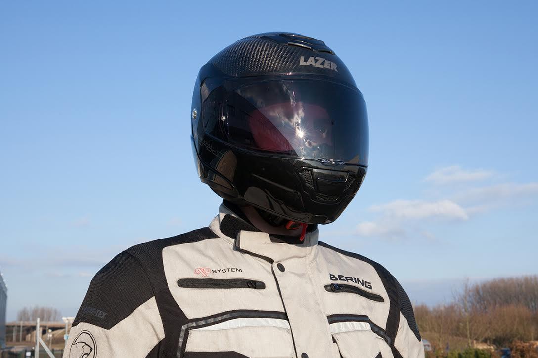 Casco moto pantalla ahumada puesta
