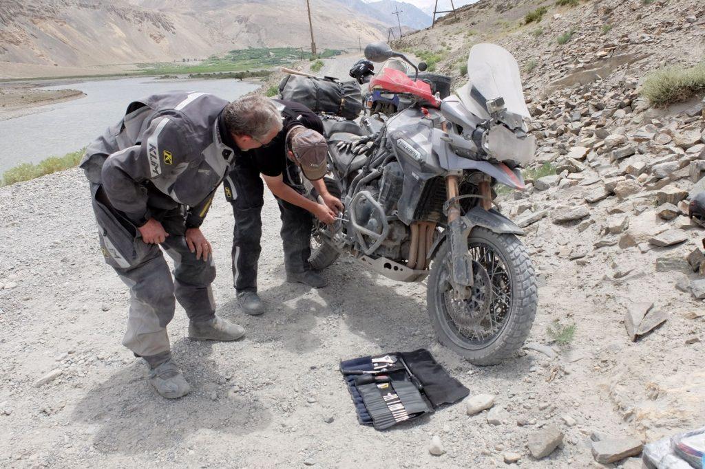 Pensar en llevar lo imprescindible, es evitarse problemas en la cuneta… Foto del Aventurier Viking, Tadjikistan