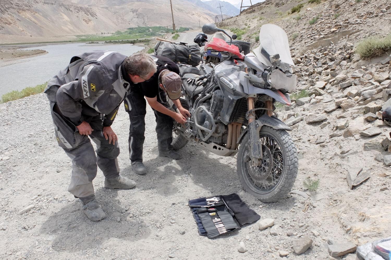 Pensar en llevar lo imprescindible, es evitarse problemas en la cuneta... Foto del Aventurier Viking, Tadjikistan