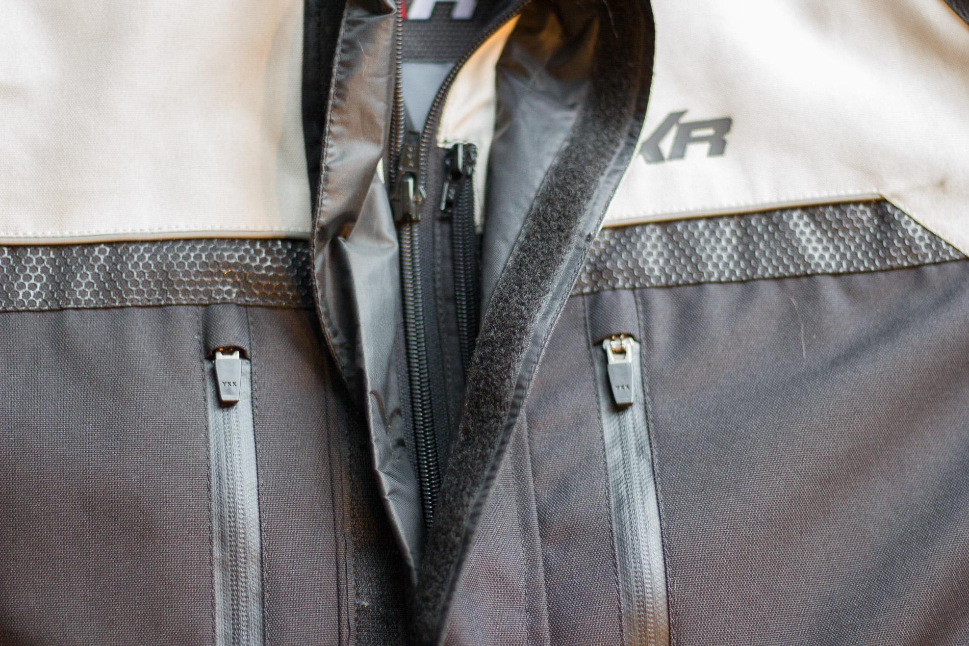 El doble solapa en la cremallera perfecta protección contra el frío y se detiene cualquier entrada de aire