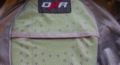 Como era de esperar, el DXR Volver protector de espalda encaja perfectamente en la chaqueta de DXR Roadtrip