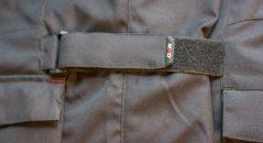 Tiras de velcro permiten ajustar la chaqueta de DXR Roadtrip todo el cuerpo