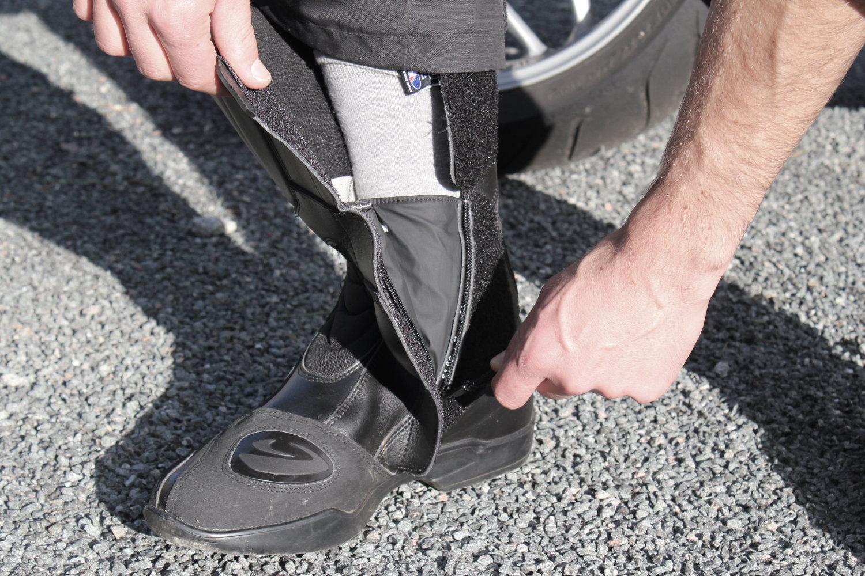 El cierre se realiza generalmente en el interior del pie