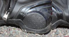 El talón está protegido con un refuerzo elastomérico.