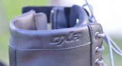 El logotipo de la marca orgullosamente colocada en la parte superior de la bota
