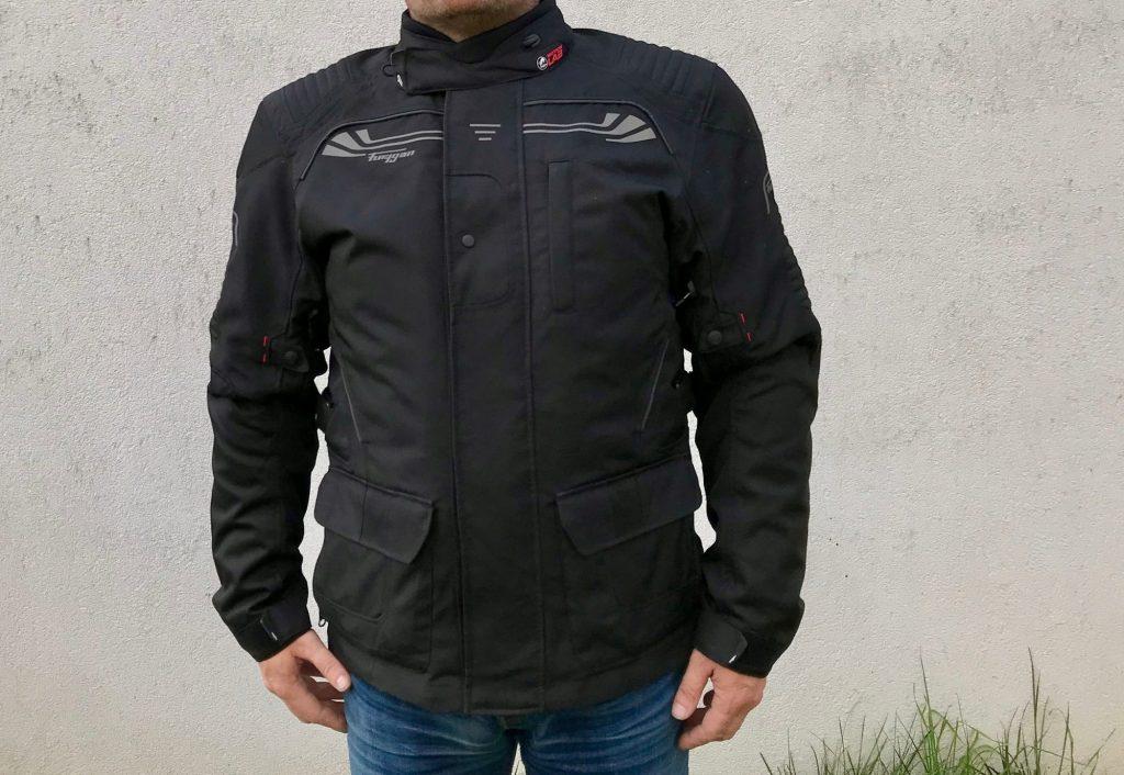 Sobriedad, esta es la mejor descripción que podemos hacer acerca de la apariencia de la chaqueta Furygan Bronco