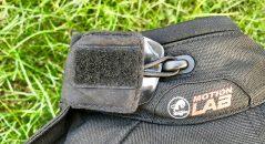 Este gancho permite llegar fijar la solapa de cuello doblado a través de una pequeña manera, conveniente cuando la camisa está abierto