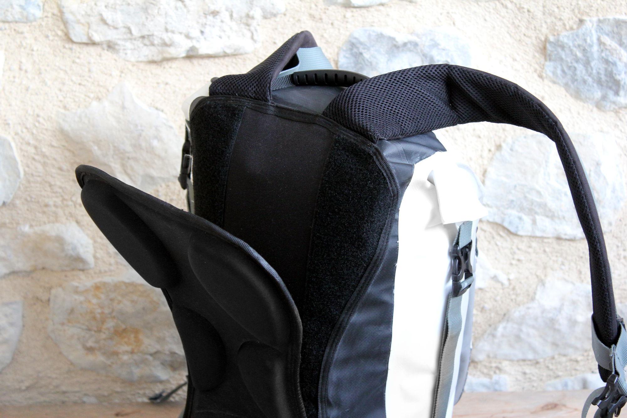 La parte posterior acolchada semirrígida es desmontable, por ejemplo, para enrollar la mochila sobre sí misma
