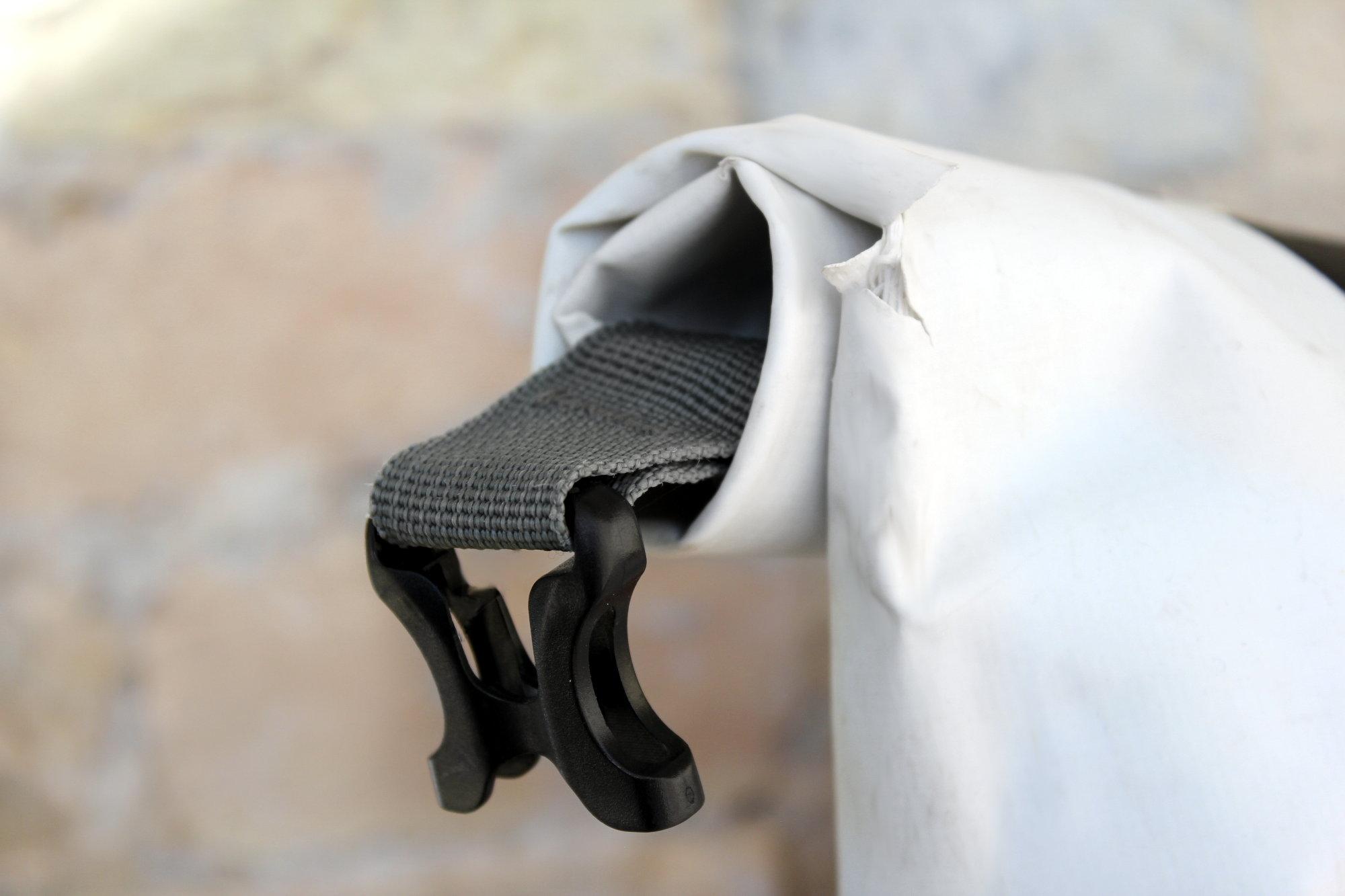 Los años han terminado agrietando el textil a la altura del cierre, ¡pero la mochila sigue siendo impermeable!