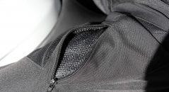 Los bolsillos en los muslos se pueden utilizar como cremalleras de ventilación adicionales