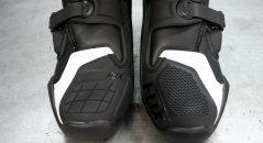 Los refuerzos en los dedos de los pies son diferentes entre el pie derecho y el pie izquierdo para adaptarse perfectamente al selector