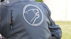 Visto desde la parte trasera, con un gran logotipo de Bering