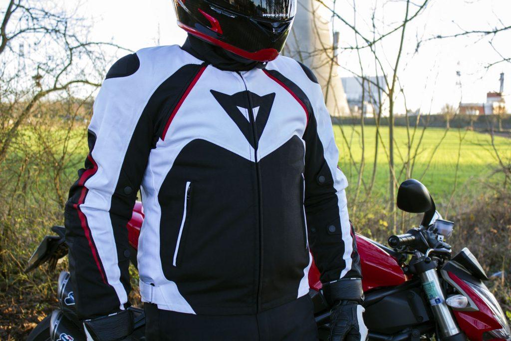 Prueba de la Dainese Hawker, una chaqueta de todo tipo de clima adaptado a la mirada de artículos deportivos
