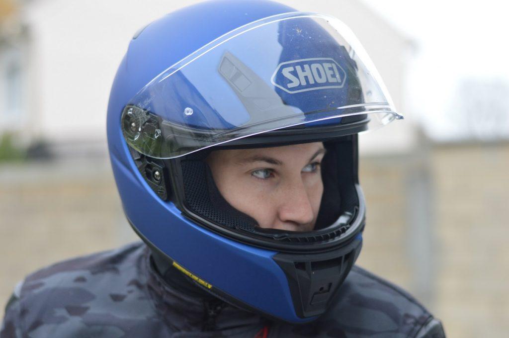 La abertura de ventilación imponente en el casco de la barbilla Shoei RYD trabaja duro!