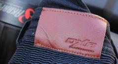 Detalle de la etiqueta en la cintura del pantalón vaquero DXR Boost