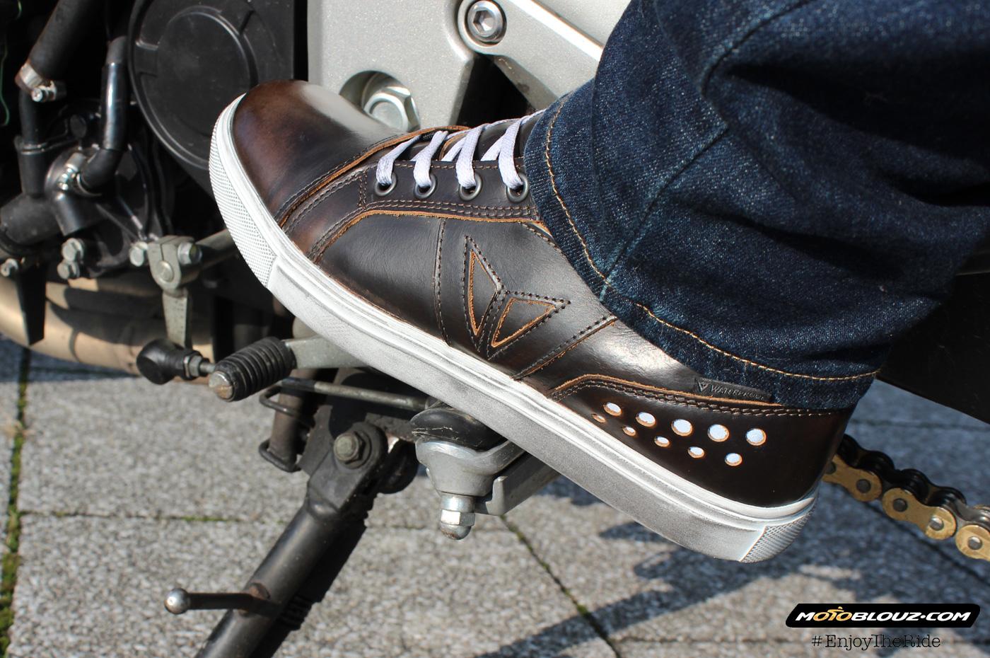 El logotipo de Dainese cosido en el exterior de la zapatilla es discreto a la par que eficaz.