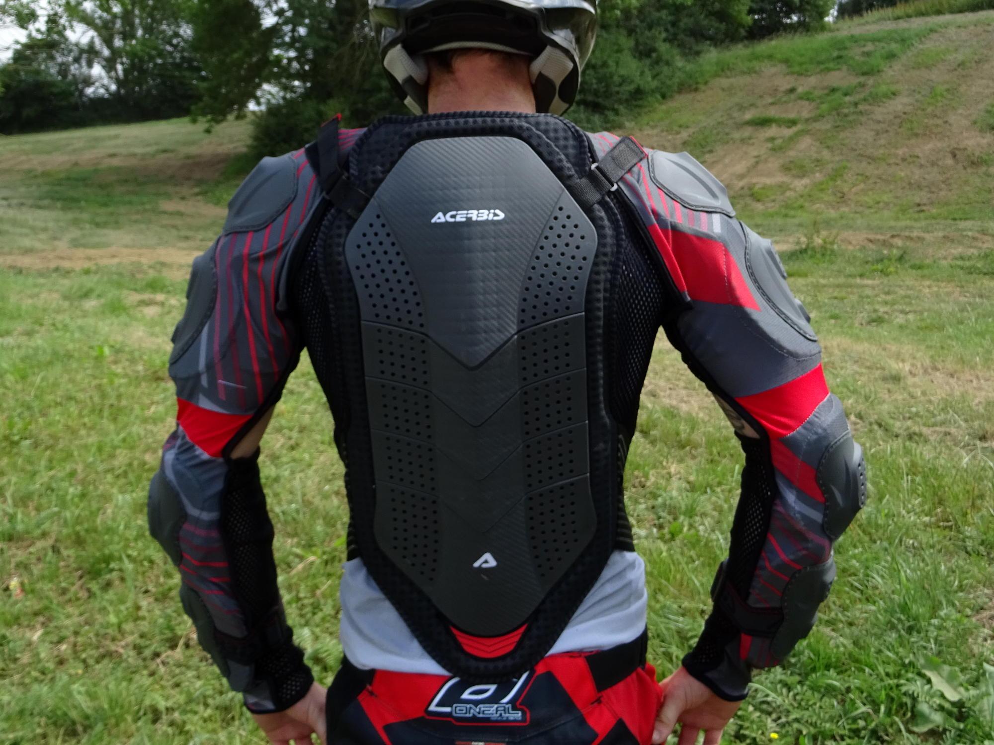 El protector de espalda es conforme con la norma EN 1621.2