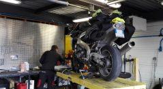 ¡En el taller, montando los neumáticos Metzeler M7 RR!