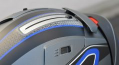 En la parte superior del casco, apertura del visor solar, ventilaciones y alerón aerodinámico