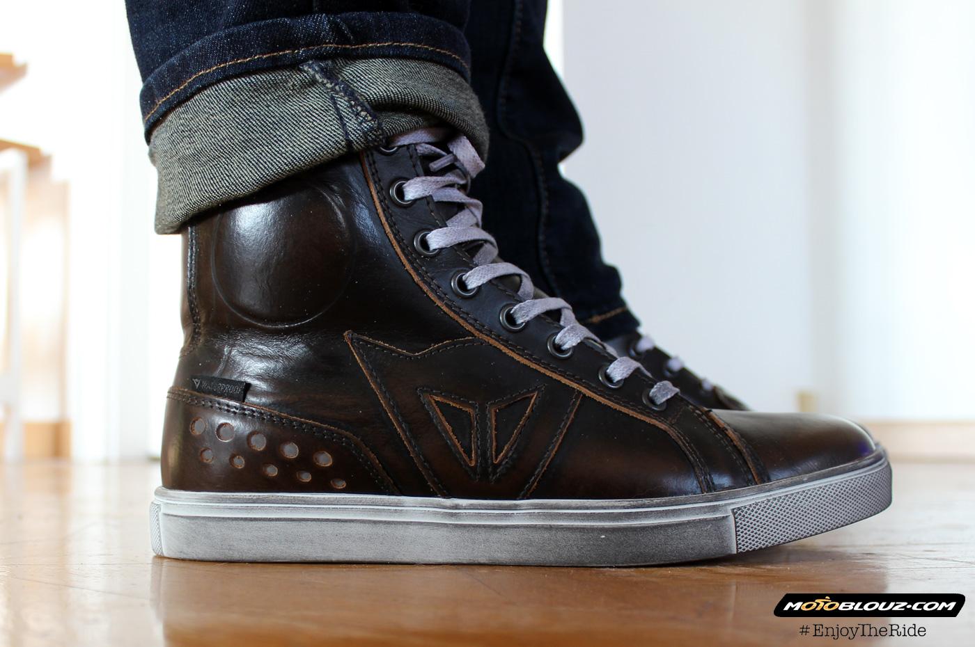Hay dos protecciones a la altura del tobillo, entre el cuero y el forro interior. De este modo, no rompen el diseño de la zapatilla.