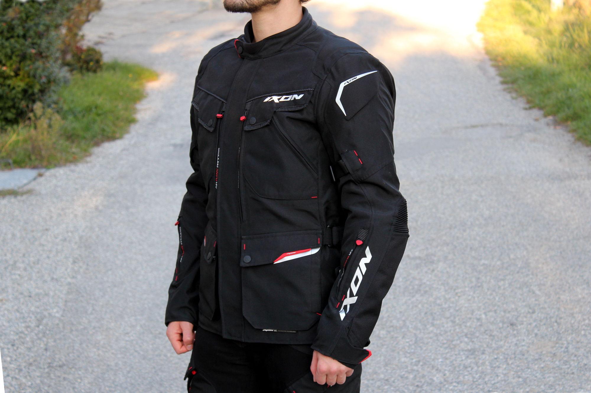 La chaqueta Ixon Crosstour HP tiene un aspecto elegante y bien acabado, sea cual sea el color elegido