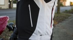 La Dainese Hawker de perfil: Bolsillo y correa de ajuste de cintura mediante velcro