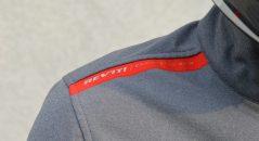 La marca roja «engineered skin», que contrasta con el gris de la chaqueta