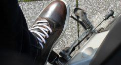Las zapatillas Street Rocker se pueden llevar en moto, pero también en otras situaciones, como en la oficina.