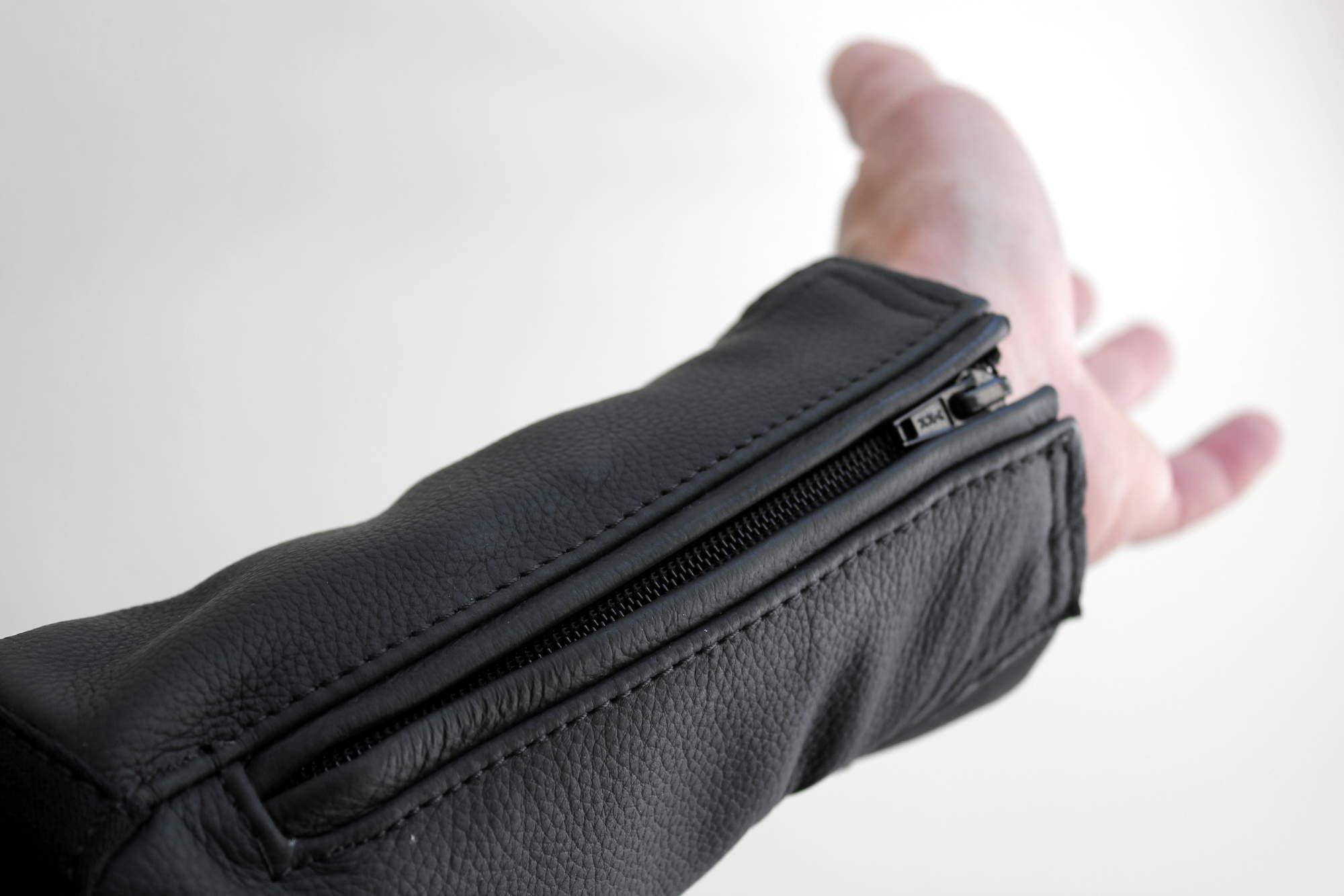 Ningún problema para pasar el puño por la manga gracias a la cremallera de apertura, pero se echa en falta un sistema de cierre