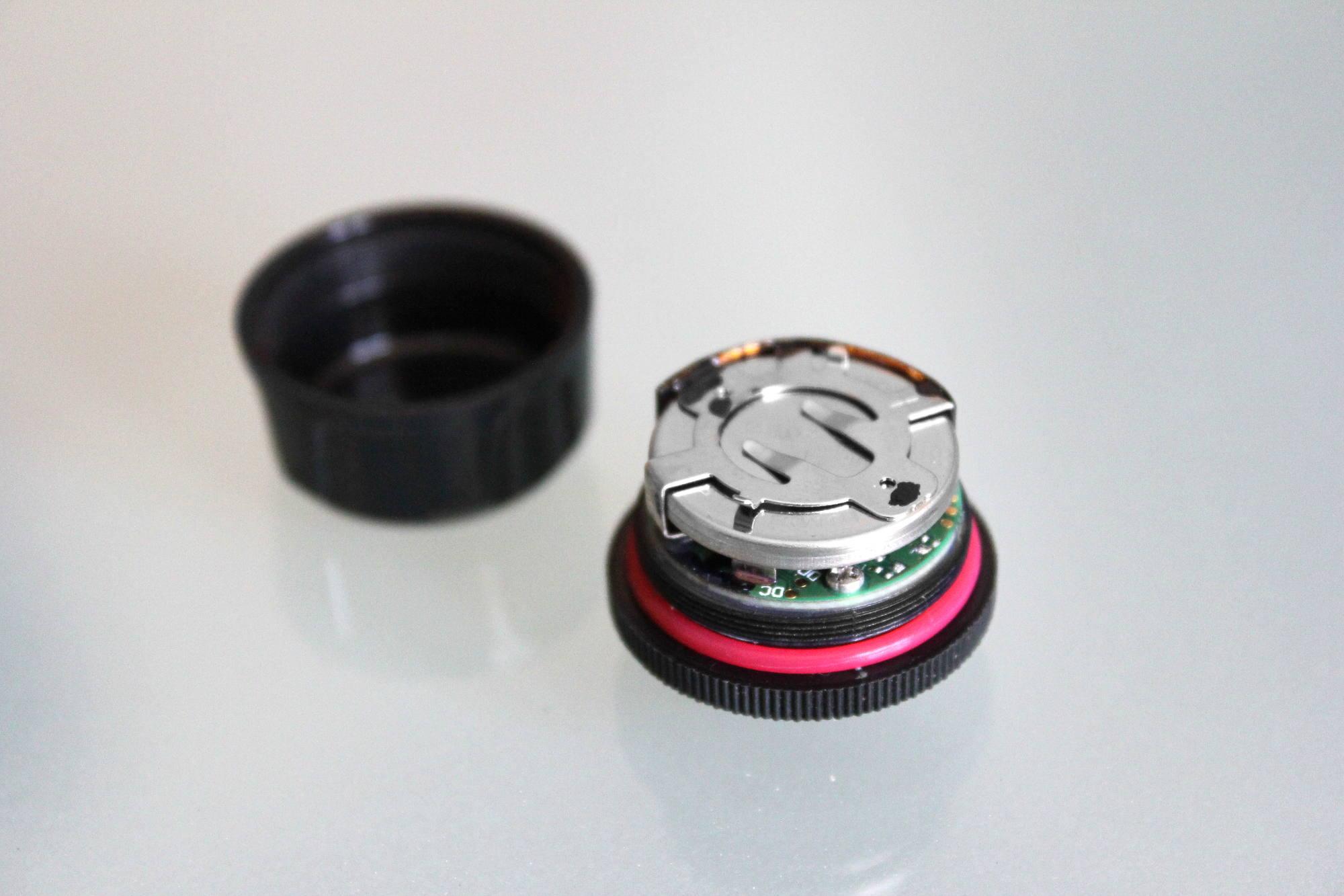 No llevan batería, sino una pila de botón CR2032, que dura mucho y es barata. ¡Fobo promete dos años de autonomía!