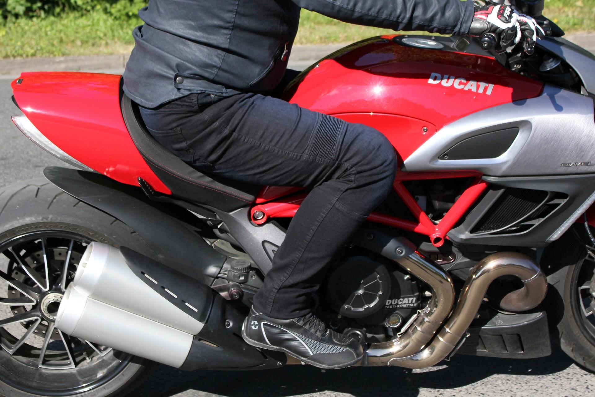 Pantalón vaquero DXR Boost y Ducati Diavel en la carretera
