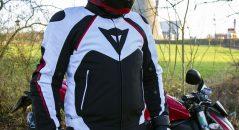 Prueba de la Dainese Hawker, una chaqueta para todo tipo de clima adaptada a las motos deportivas
