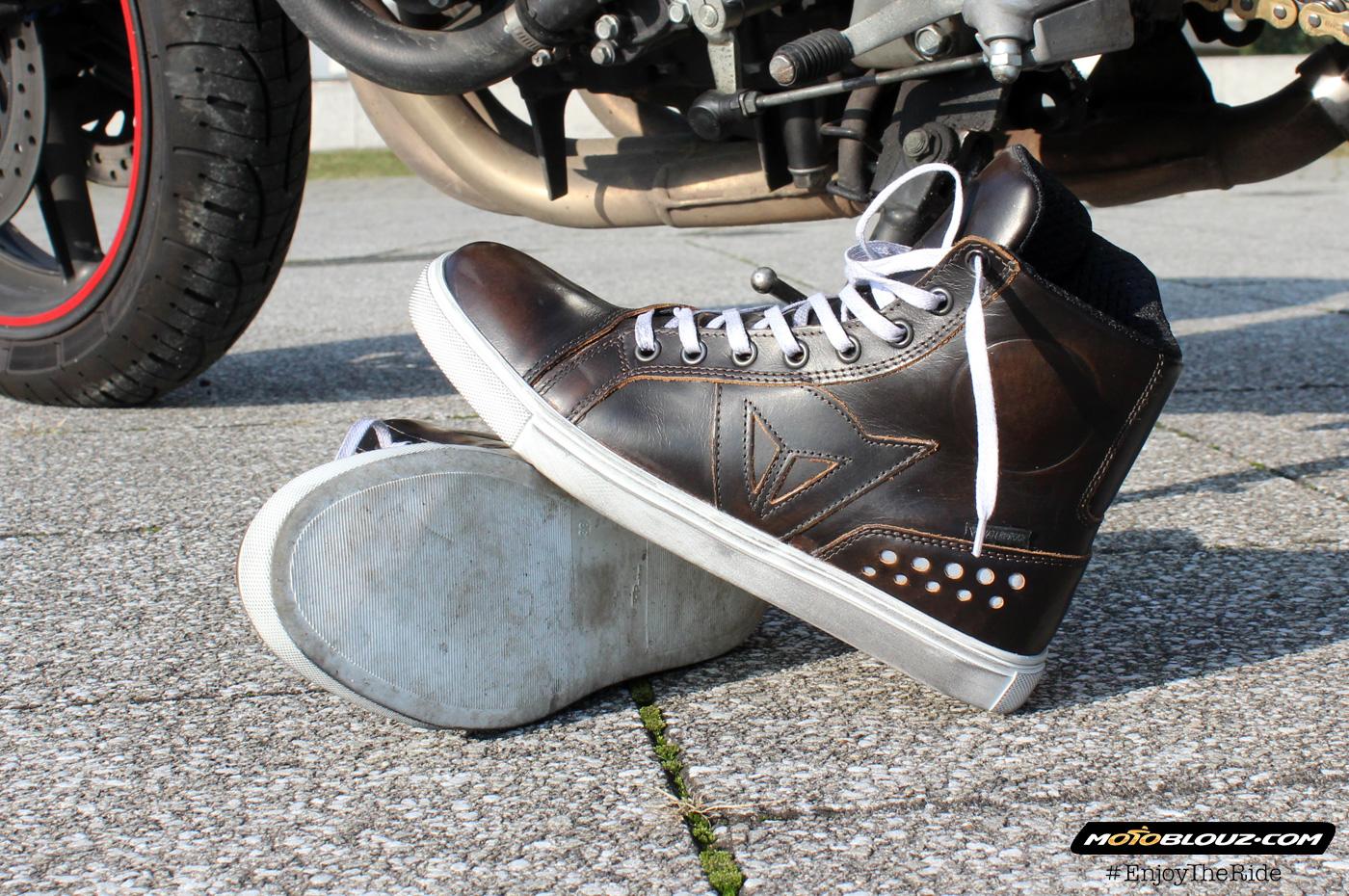 Si estáis buscando unas zapatillas que no sean unos mazacotes y que no tengan pinta de calzado para moto, las zapatillas Dainese Street Rocker D-WP están hechas para vosotros.