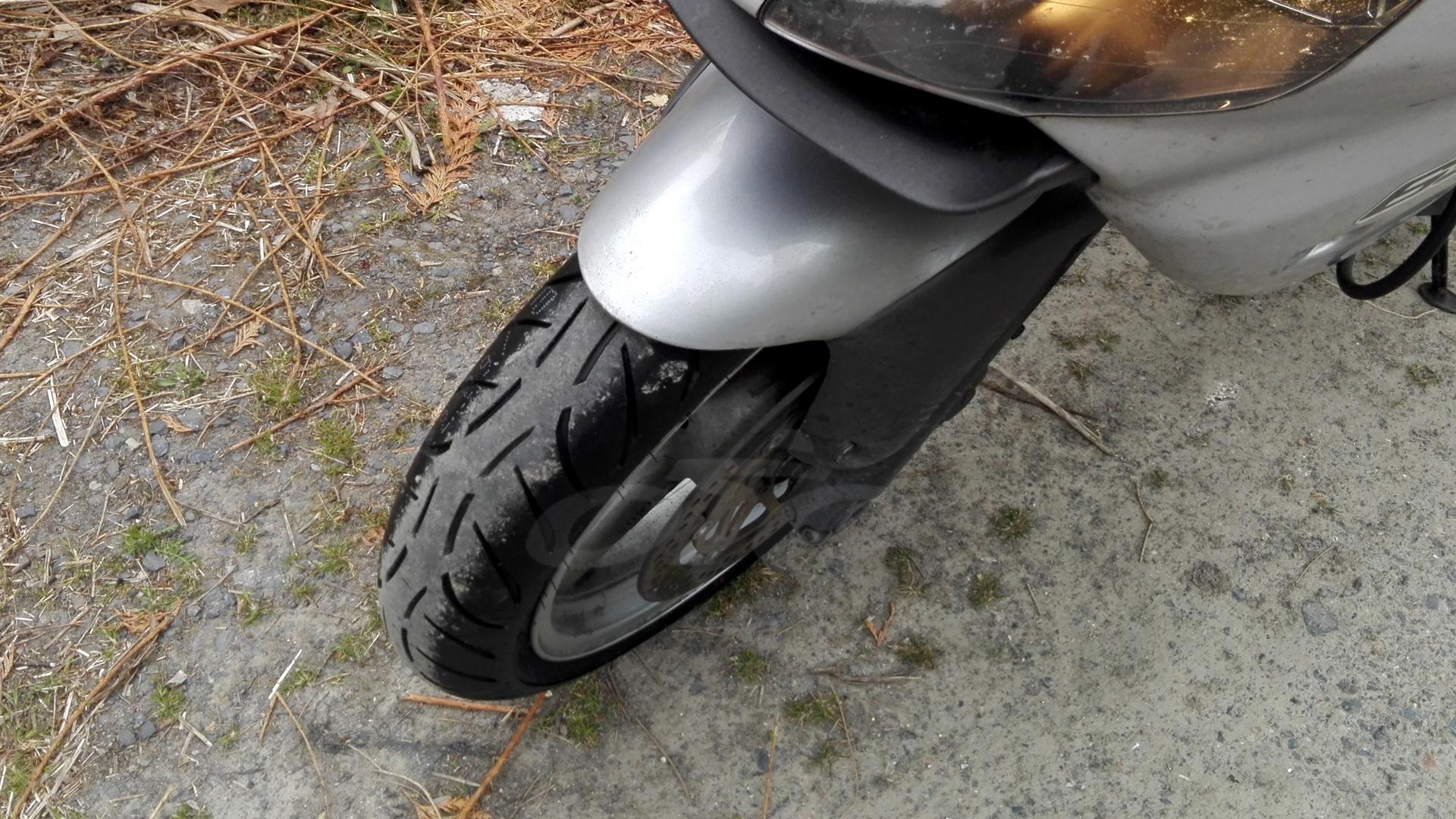 ¡Un neumático Metzeler M7 RR nuevo delante!