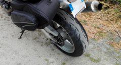 ¡Un neumático Metzeler M7 RR nuevo detrás!