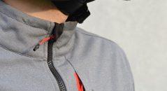 Zoom sobre el fino cuello de la chaqueta