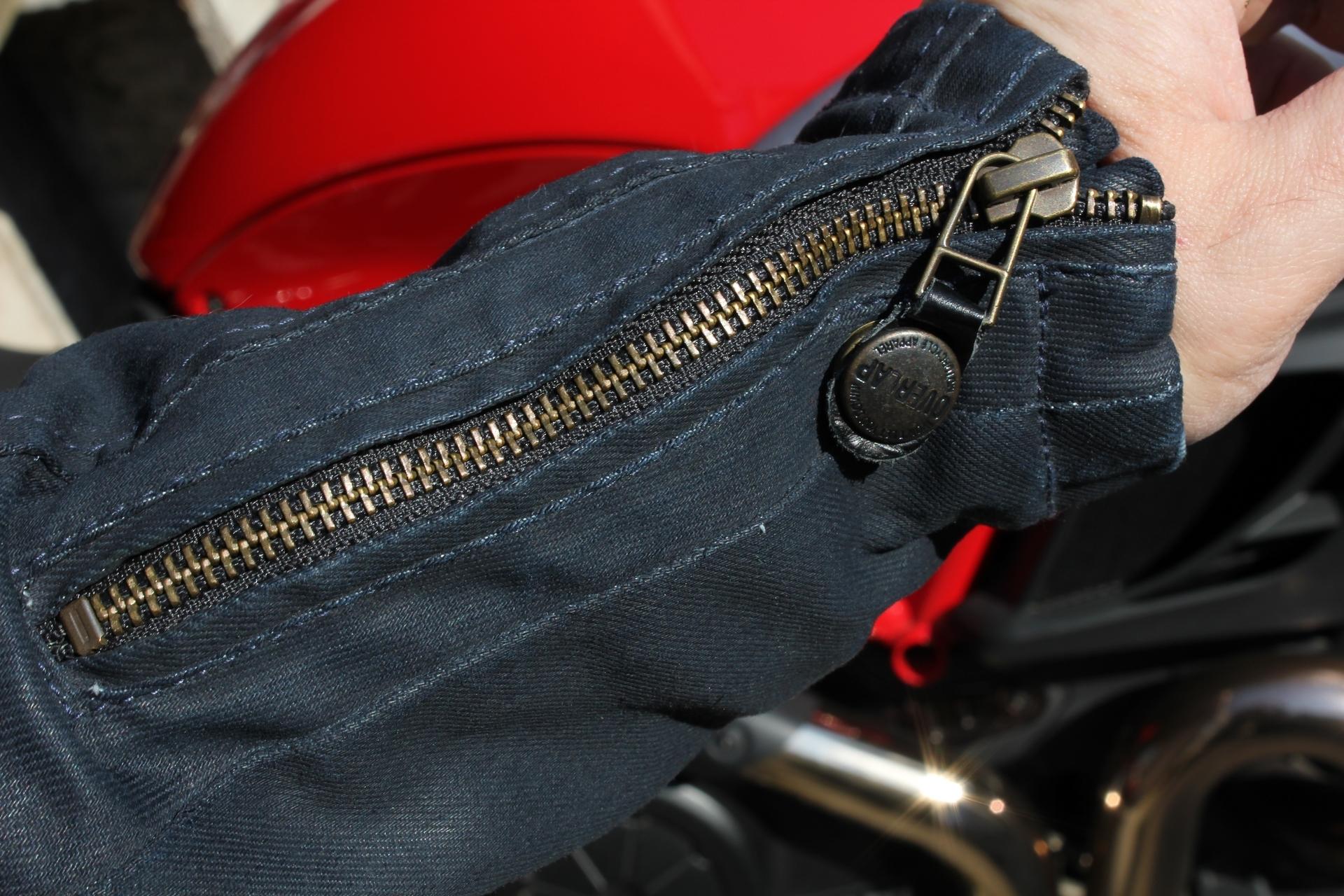 Ajuste del puño, mediante cremallera, con un ingenioso broche de presión que permite inmovilizar la lengüeta