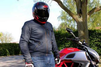 Vista frontal de la chaqueta superposición Garry, una chaqueta tendencia motocicleta y discreta