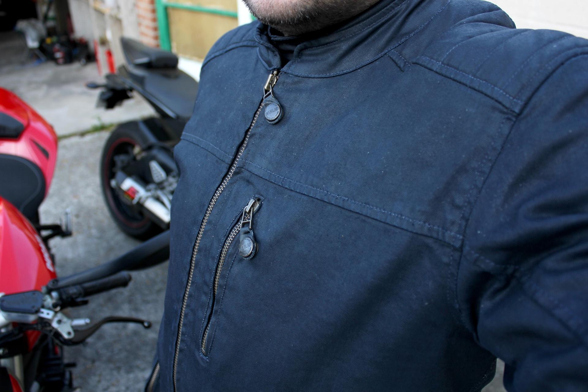 Detalle de la Overlap Garry por delante, con la cremallera principal y el bolsillo a la altura del pecho