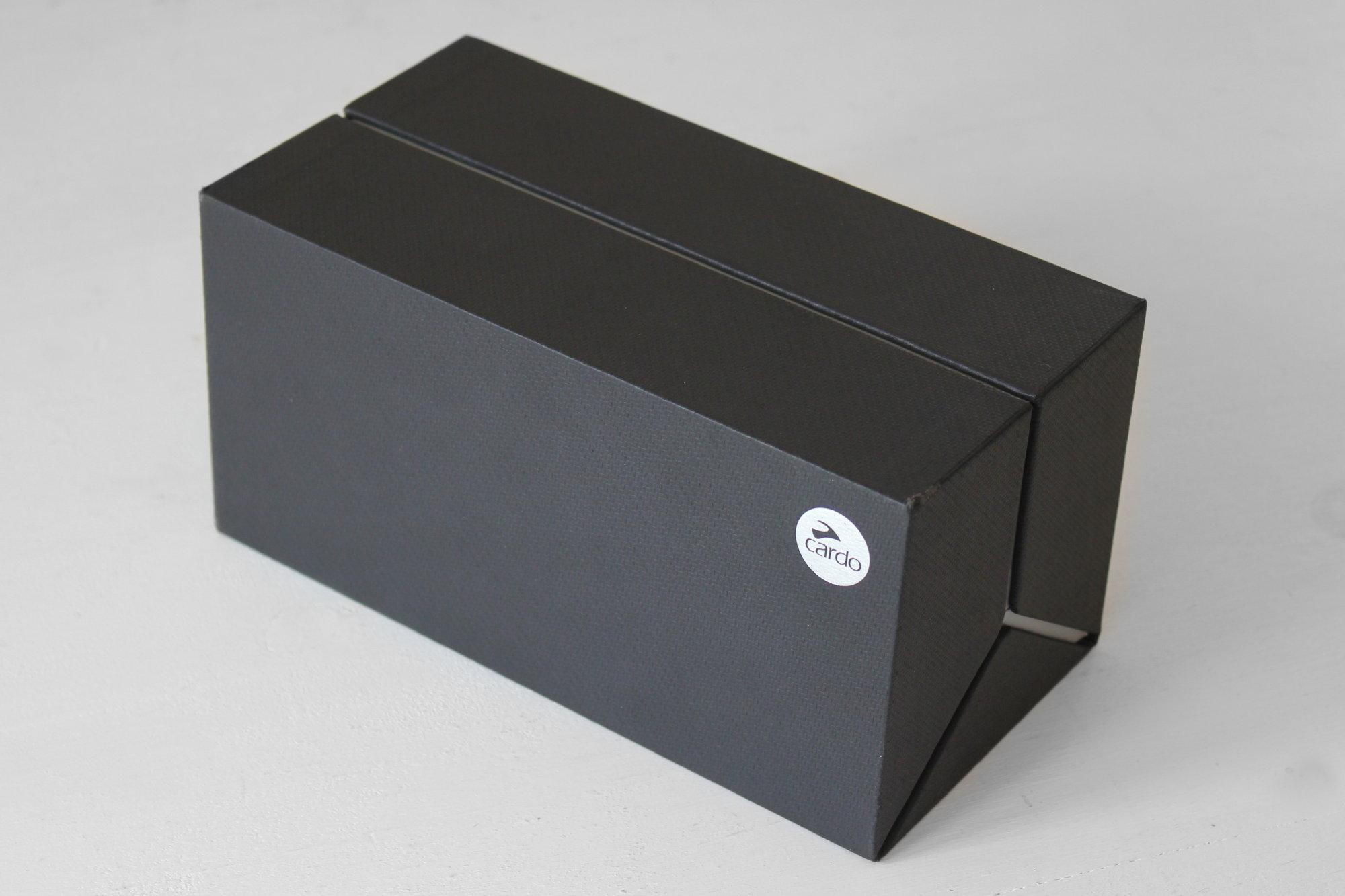 El elegante estuche que contiene el kit de dos intercomunicadores Cardo Freecom 2 Duo