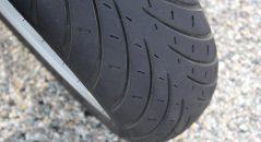 El neumático trasero es bigoma, mientras que el neumático delantero utiliza la goma más blanda que encontramos en las pestañas traseras