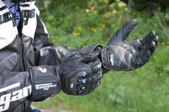 Se pone los guantes Furygan AFS 18 antes de salir a la carretera