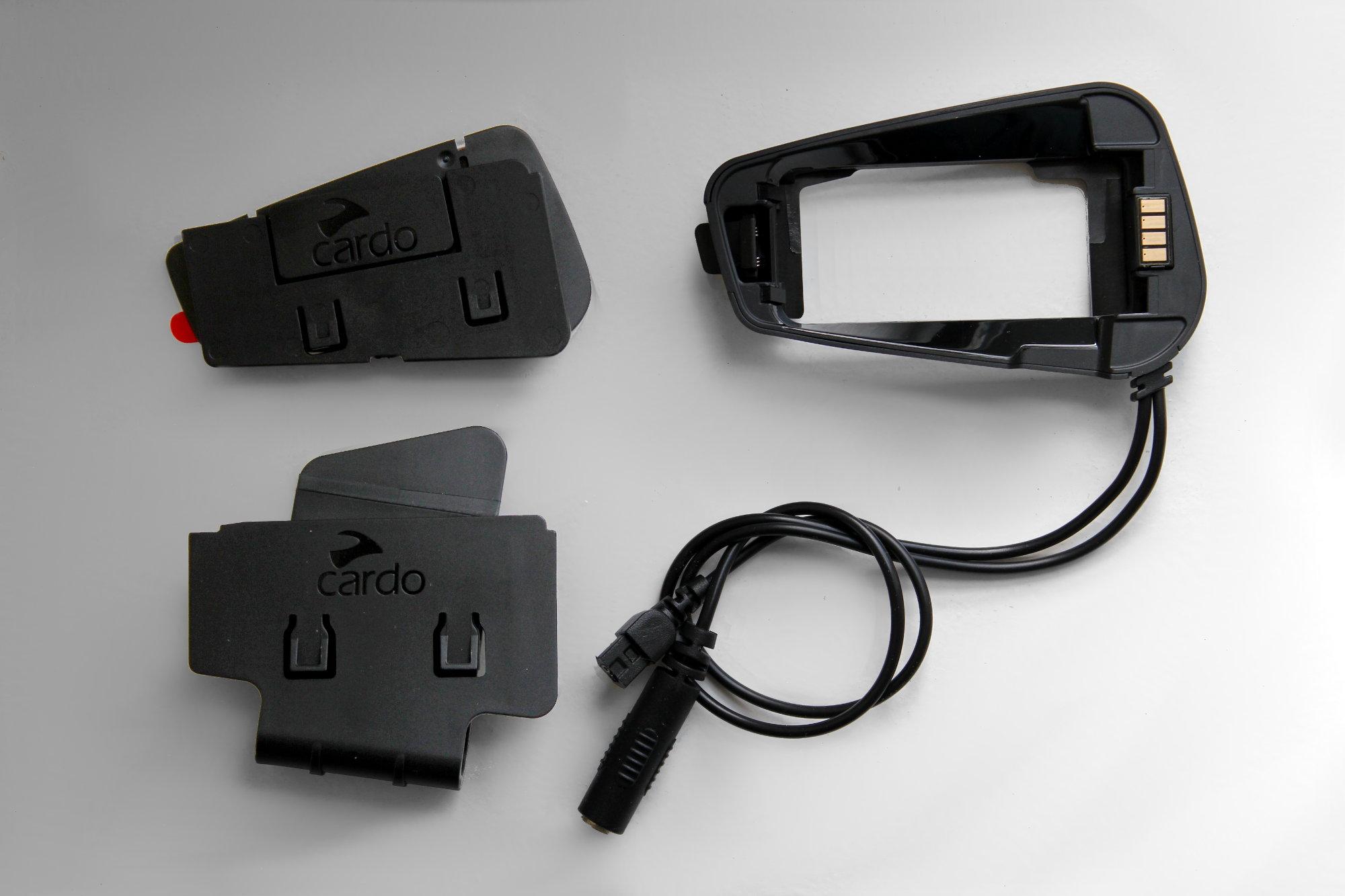 La base del Cardo Freecom y sus dos opciones de fijación en el casco: doble cara o pinza