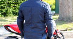 La chaqueta Overlap Garry vista por detrás. Llega bastante abajo y protege eficazmente contra el viento