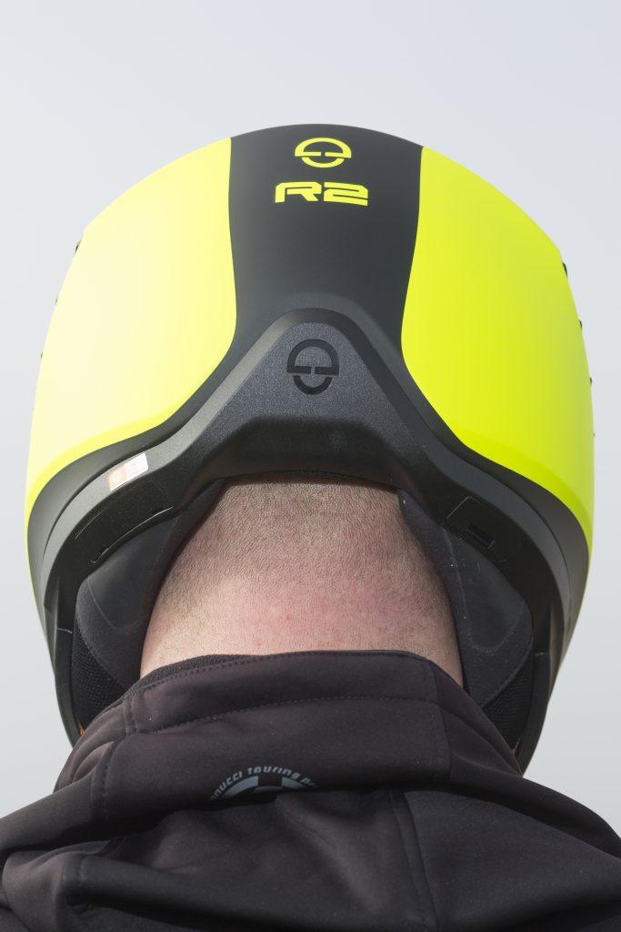 Amplia abertura en la parte trasera del casco Schuberth R2 para despejar la nuca