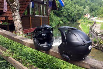 No hay problema para acomodar el micrófono de un intercomunicador en el mentón del casco