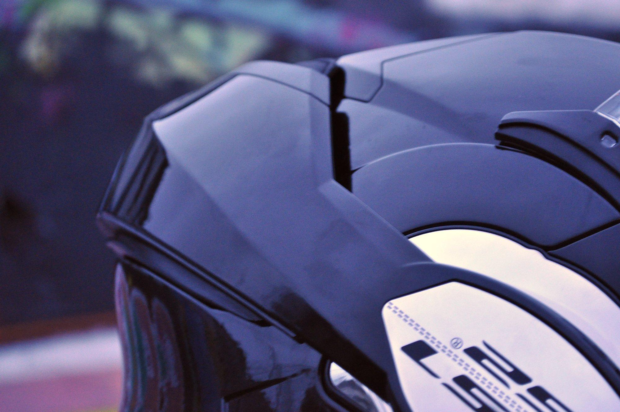 La mentonera se desbloquea mediante un botón y se desplaza fácilmente hasta la parte trasera del casco