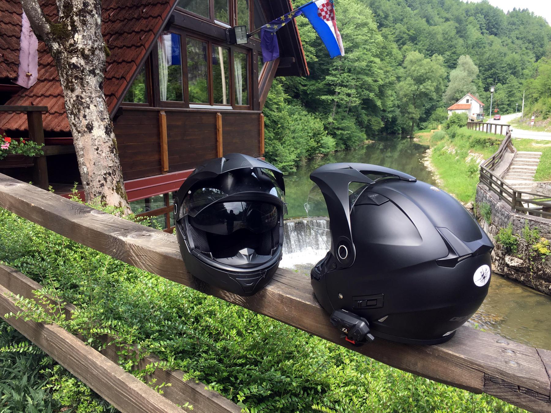 Ningún problema para introducir el micrófono de un intercomunicador en la mentonera del casco