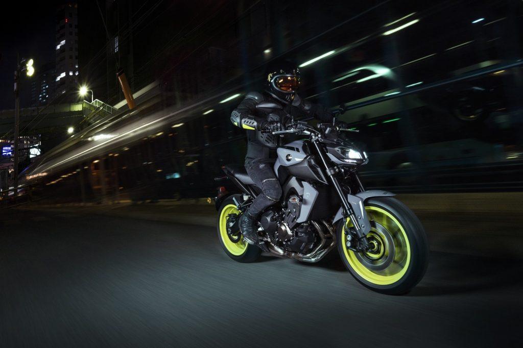 Conducir en moto por la noche: ¡Nuestros consejos para mejorar tu experiencia!