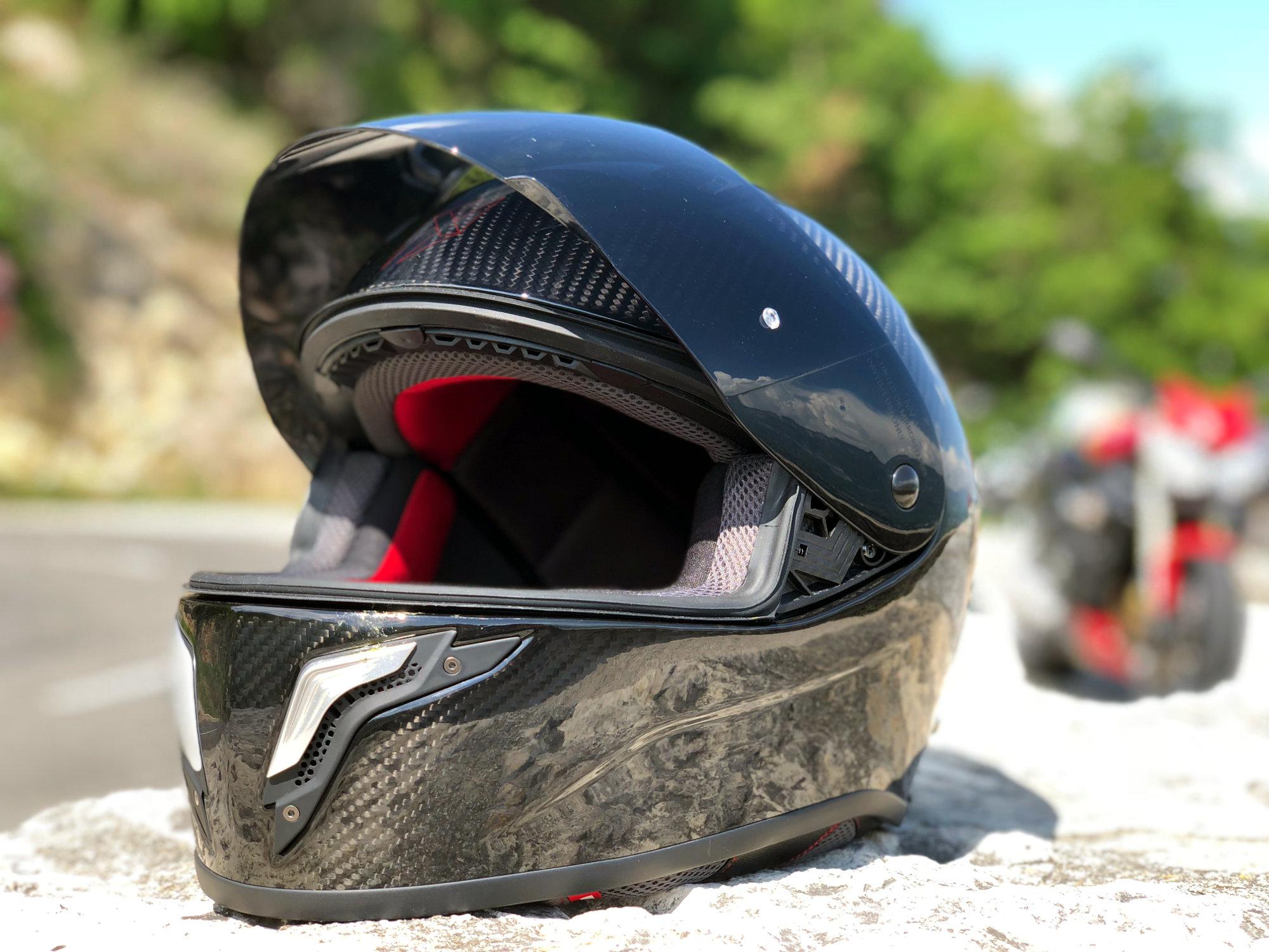 Pantalla ahumada incluida con el casco